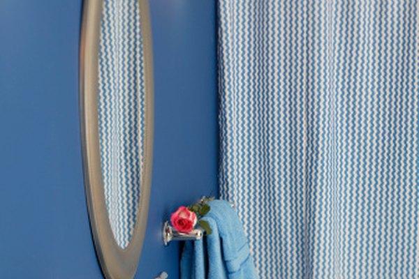 La cortina de la ducha fija el tono para todo el baño.