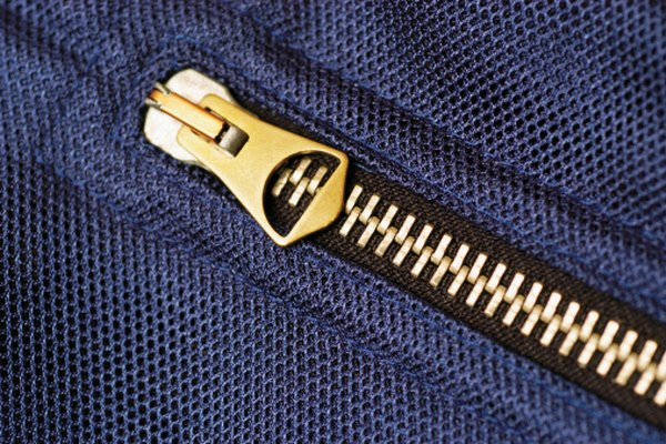 Instala cremalleras en vestidos con escotes ajustados para que sea más fácil vestirse.