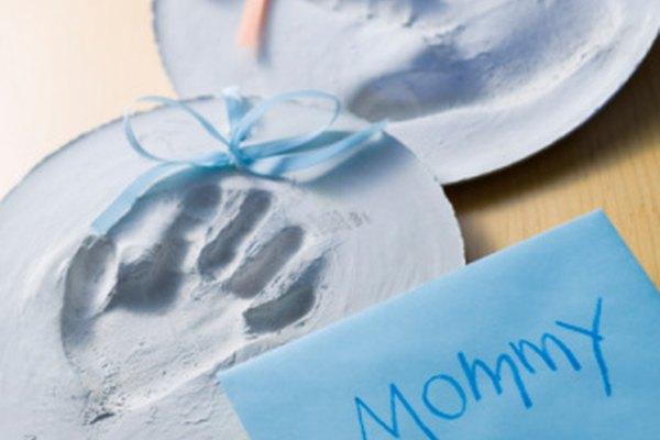 Haz unas huellas de manos en yeso con tu hijo.