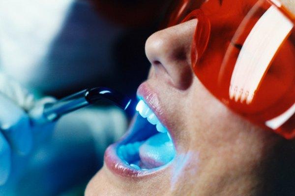 La reacción entre los químicos fluorescentes y la luz ultravioleta causa que los primeros se iluminen.