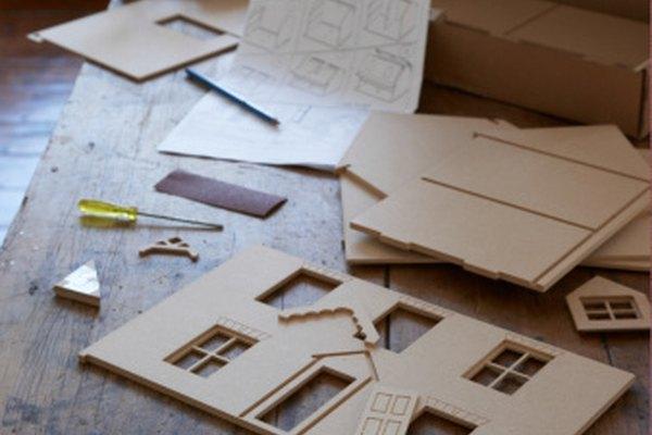 El cartón puede utilizarse en un gran número de manualidades creativas, como modelos de casas para construir.