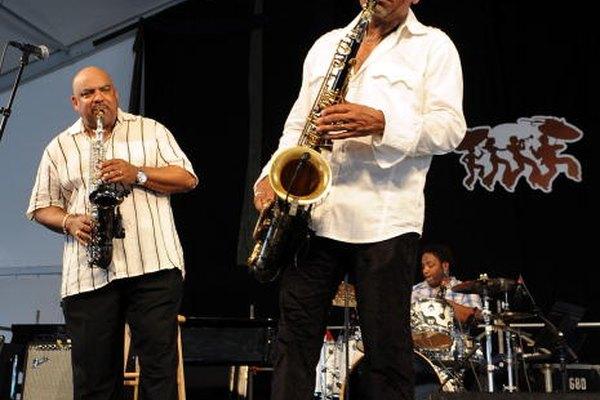 Los saxofones alto y tenor tienen diferentes tamaños y pesos.
