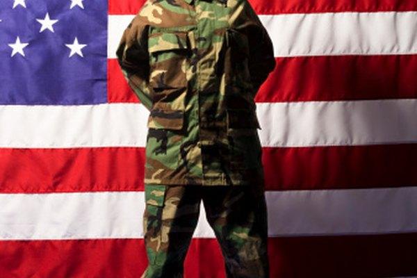 Escuelas militares privadas ofrecen a sus jóvenes cadetes un ambiente disciplinado basado en el modelo de entrenamiento de reclutas armados.