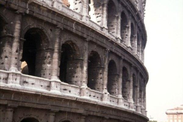 Construyendo un número de arcos a lo largo del edificio, los romanos crearon un espacio abierto y amplio para el público.