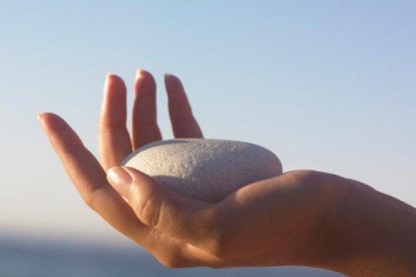 Una roca lisa que cabe en tu mano hace una buena piedra mágica.