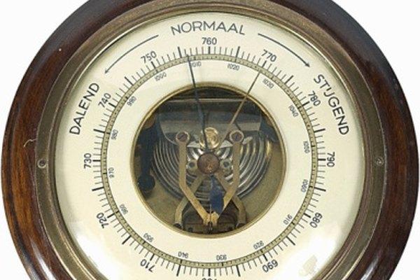 Un barómetro mide la presión atmosférica en un lugar específico.