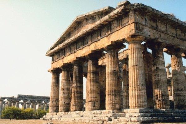 El templo griego se caracteriza por la columna dórica.
