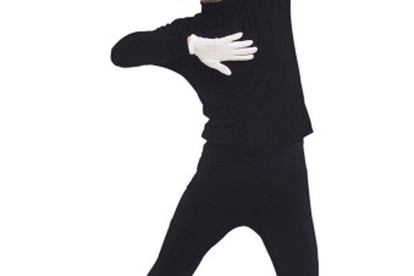Utiliza la pantomima para enseñar a los estudiantes de actuación a expresarse físicamente.