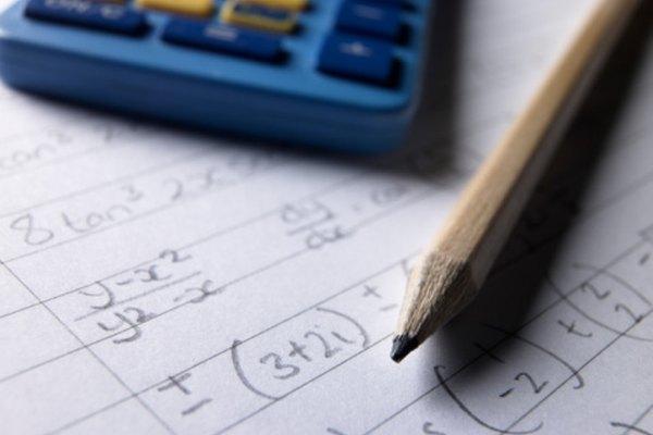 Un chico de noveno grado puede utilizar distintas lecciones para aprender álgebra.