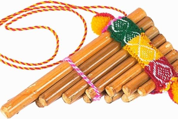 La zampoña tiene un menos variedad de tubos que una típica flauta de pan.