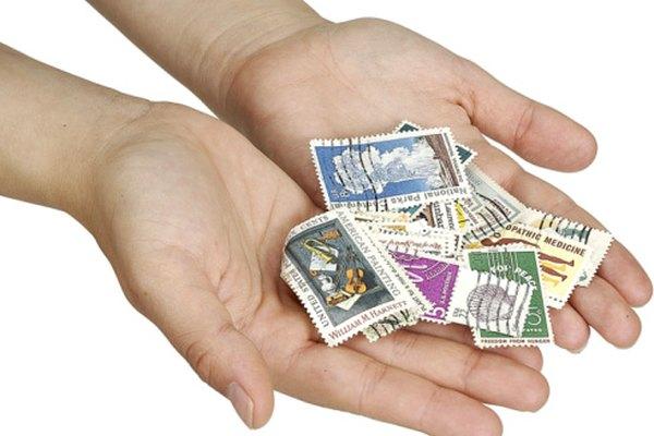 Mandar algo por el servicio postal a menudo requiere un sello postal.
