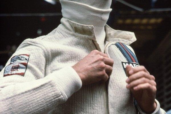 Un conductor se pone un traje nomex para protegerse de las flamas potenciales.