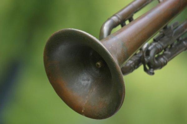 Con el tiempo, el barniz de una trompeta se vuelve opaco y deslucido.