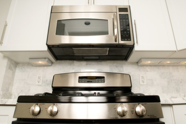 Los microondas con ventiladores montados en la parte inferior a menudo sirven como campanas extractoras de cocina contemporáneas.