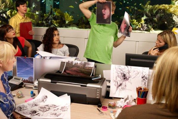 Estudiantes trabajando en proyectos de diseño gráfico.