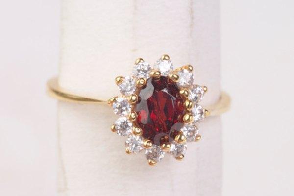 Los rubíes falsos son a menudo menos densos en apariencia que las piedras reales.