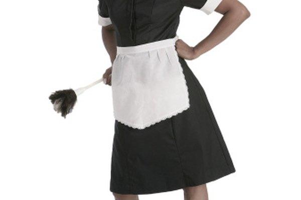 Un sombrero moderno de criada es similar a uno de 1920 que se usaba más atrás en la cabeza.