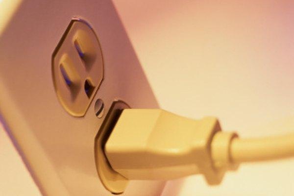 Un enchufe de pared conduce electricidad.