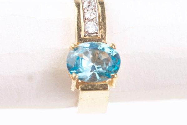 Las gemas aguamarina son azules y son muy populares.