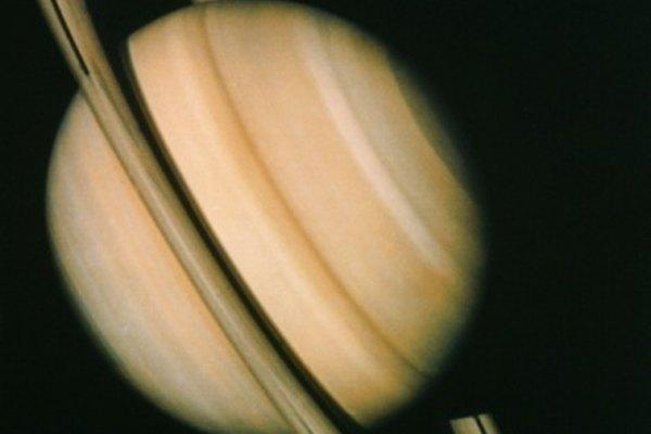 Saturno es un gigante gaseoso, con una masa varias veces mayor que la de la Tierra.