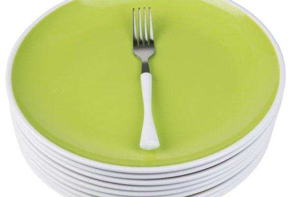 La distancia alrededor del plato es la circunferencia; el tenedor marca el diámetro.
