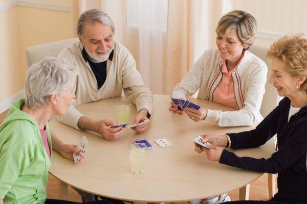 Jugar un juego de cartas es una gran manera de relajarse con los amigos.