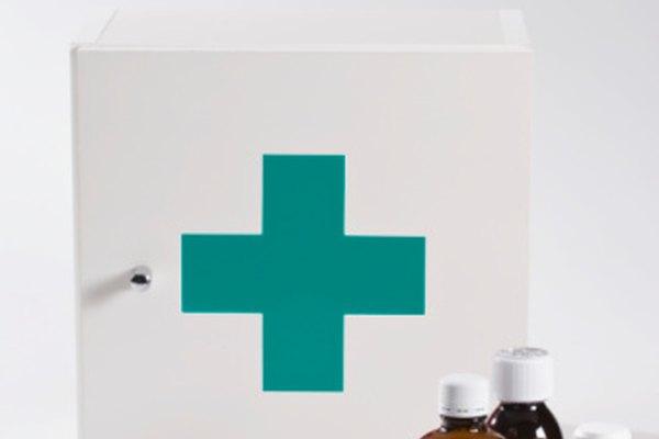El alcohol etílico y el alcohol isopropílico se pueden encontrar en la mayoría de los equipos de primeros auxilios.