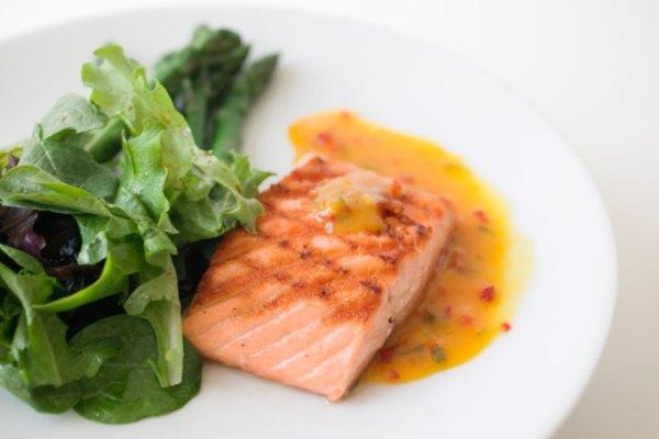 El salmón a la plancha es un plato elegante y sustancial.