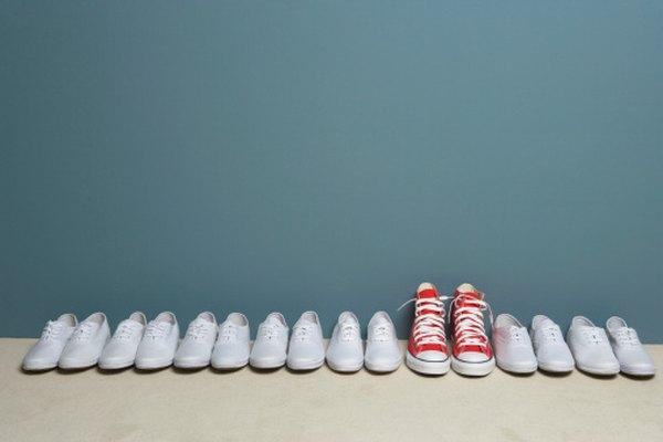 Limpia tus zapatos de lona fácilmente con agua y jabón.
