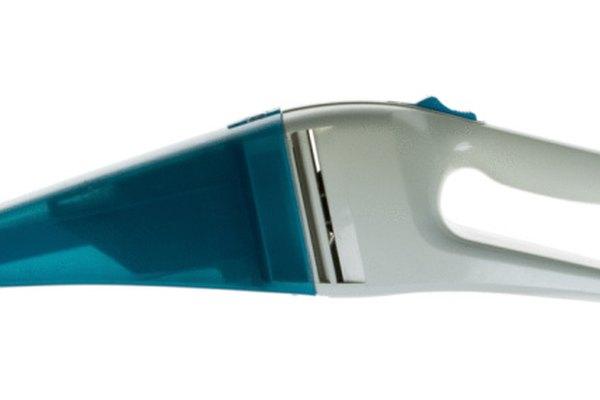 Una aspiradora de mano y  el bicarbonato de sodio ayudan a eliminar los olores de una bolsa de Vuitton.