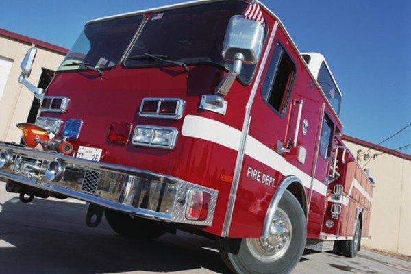 Los camiones de bomberos vienen equipados con partes esenciales para la lucha contra los incendios.