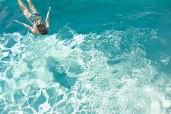 Los barqueros de agua son una adición poco vistosa a la de otra forma cristalina agua de la piscina.