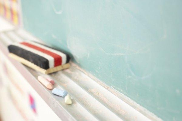 Escribir las palabras en la pizarra ayuda a que los alumnos visuales aprendan.