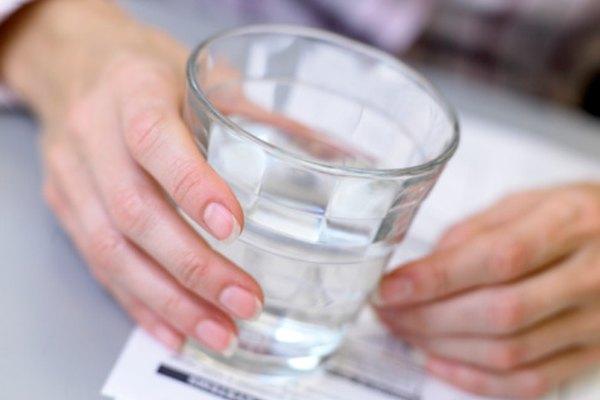 El agua debe estar fácilmente disponible durante todo el almuerzo.