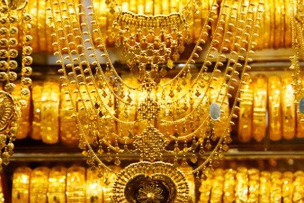 Prueba las piezas de oro para autenticar su pureza.