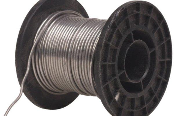 Se usa soldadura para sellar la unión entre el tubo y el acoplamiento.