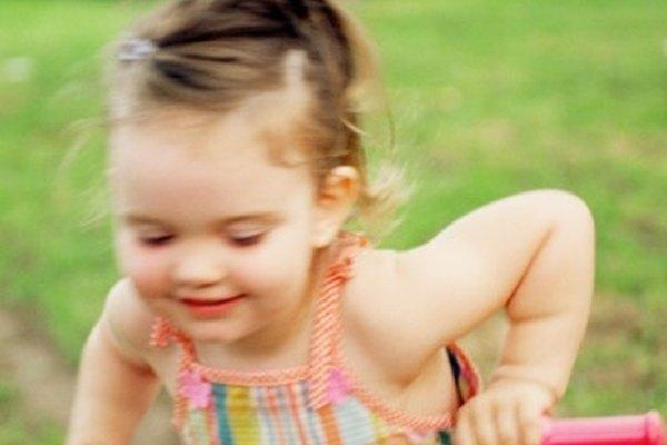 Un niño necesita tener una cierta cantidad de coordinación con el fin de montar un triciclo.