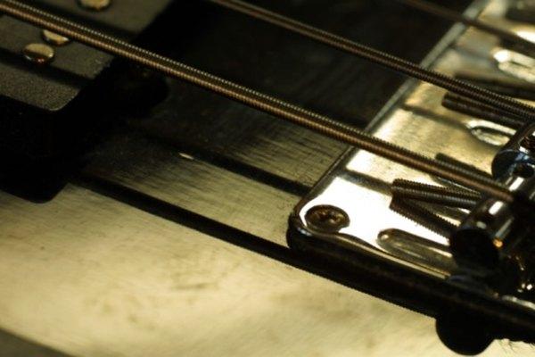 Los bajistas pueden usar sus dedos o la púa para tocar su instrumento eléctrico.