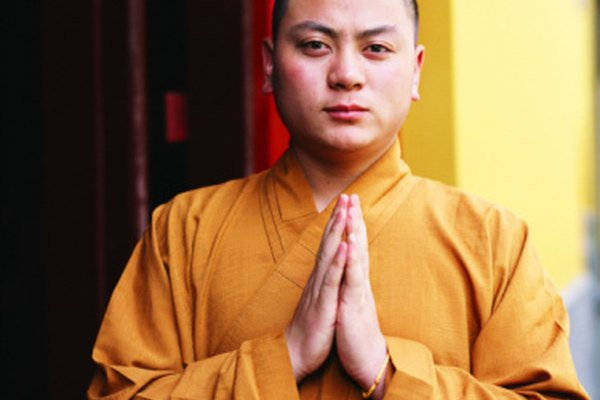 Los monjes usan cíngulos al rededor de la cintura.