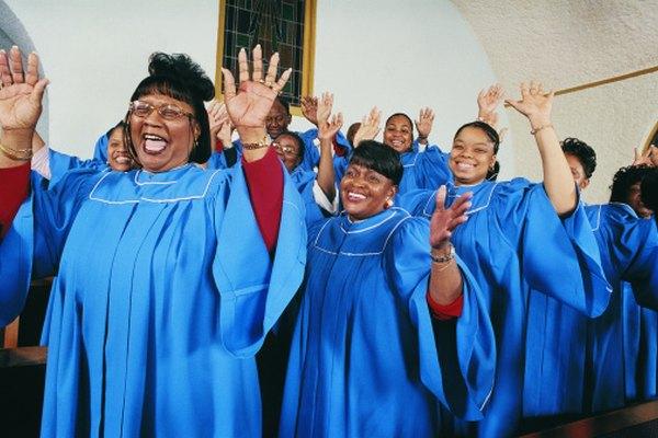 Los equipos de alabanza y adoración dirigen la adoración a través de la música durante los servicios religiosos semanales.