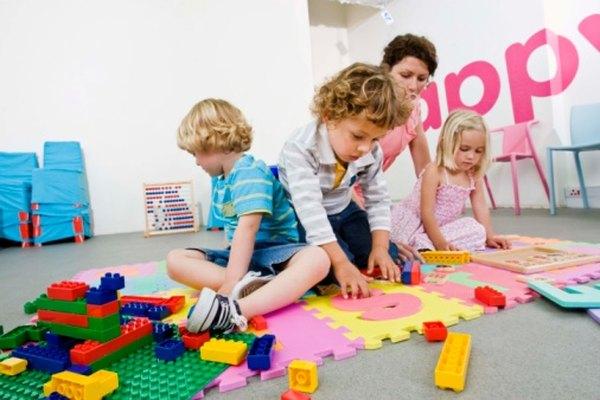 Enseña a los niños preescolares a caminar en línea en la transición entre actividades.
