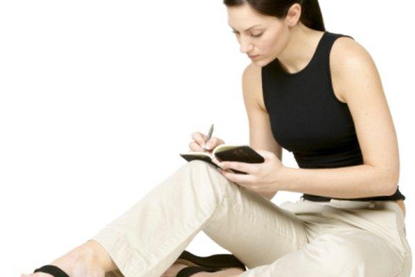 Lleva una pequeña libreta de bolsillo contigo para anotar cualquier idea para tu argumento.