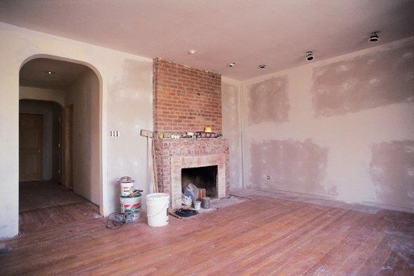 La masilla se usa para llenar pequeños orificios en paredes antes de pintar.
