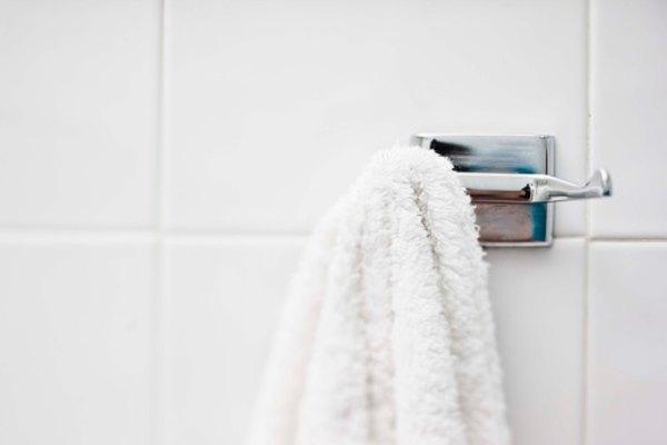A diferencia de los ganchos fijos, las ventosas se pueden caer con el peso de toallas pesadas.