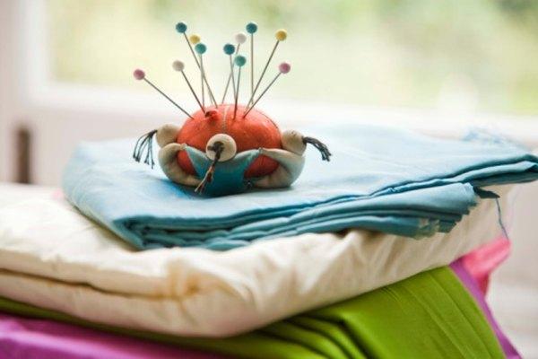 Utiliza puntos de hilván para coser las telas juntas temporalmente.