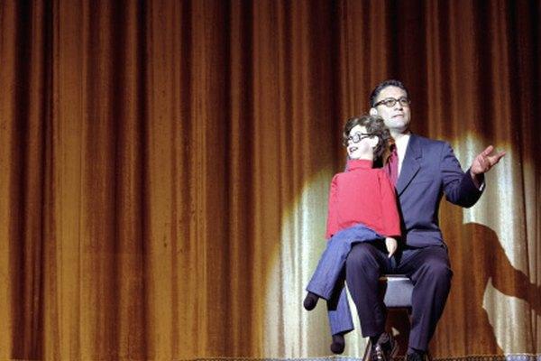 Un ventrílocuo usa la interacción entre el humano y el muñeco para hacer reir al público.
