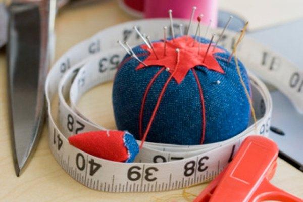 Incorpora herramientas básicas de artesanía para hacer tu bufanda a mano.