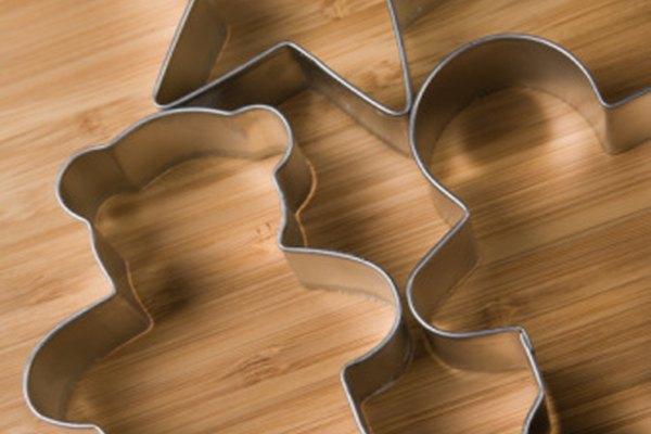 Transforma un cortador de galletas en un troquel para papel con el fin de hacer manualidades en casa.