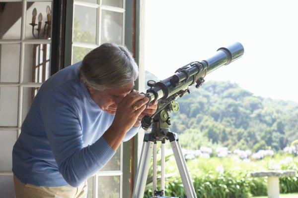 Los lentes convexos de un telescopio hacen que los objetos lejanos parezcan estar más cerca.