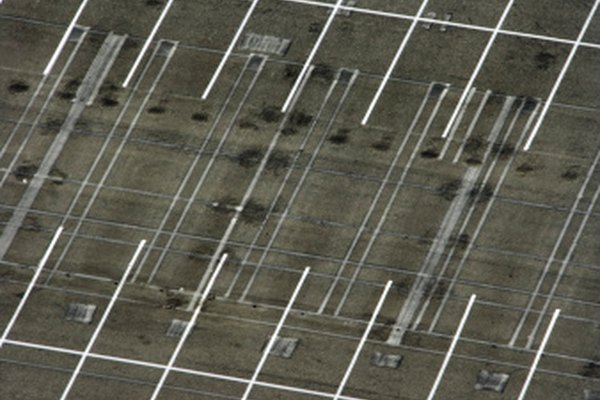 Las dos líneas que dividen los espacios de estacionamiento por la mitad son paralelas entre sí y perpendiculares a las líneas de los espacios.